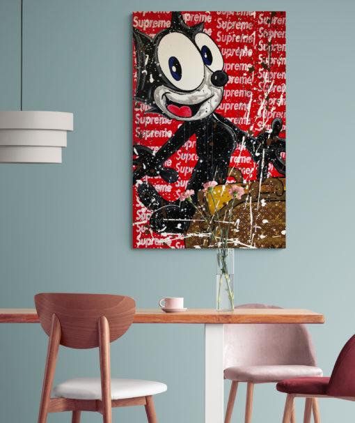 Das Kunstwerk Felix an der Wand - davor stehen Stühle