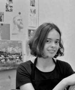 Die Künstlerin Celine vor ihren Kunstwerken
